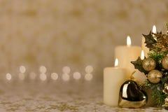 Hälsningjulkort med bränningstearinljus och prydnader Royaltyfri Foto