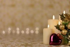 Hälsningjulkort med bränningstearinljus och prydnader Royaltyfri Fotografi