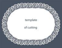 Hälsningkort av den ovala formen med en dekorativ gräns på kanten, doily av papper under kakan, mall för att klippa som gifta sig Arkivfoton