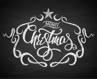 Hälsningkort för glad jul med den krita drog kalligrafibokstäver och svart tavlan för bakgrund vektor illustrationer