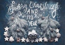 Hälsningkort för glad jul med julgranen på leksakbilen med textbokstäver, granträd, kottar, kakor och pepparkakor royaltyfri foto