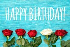 Hälsningkort för lycklig födelsedag med rosor Arkivfoto