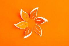 Hälsningkort med den pappers- blomman Fotografering för Bildbyråer