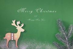 Hälsningkort med en glad julgran och snö, ett symbol av ferien, familjsamhörighetskänsla lyckligt nytt år arkivfoto