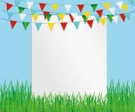 Hälsningkort med färgrika flaggor och grönt gräs Fri form för text Arkivfoto