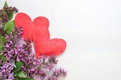 Hälsningkort med lilan och hjärtor på bakgrunden av gammalt papper för hälsningar på ferier Royaltyfria Bilder