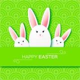 Hälsningkort med lycklig påsk - med vit påskkanin Arkivfoto