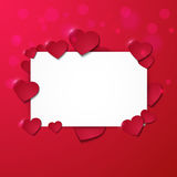 Hälsningkort med ram- och pappershjärtor på röd bakgrund Royaltyfri Foto