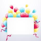 Hälsningkort med ramen och färgade ballonger på vit bakgrund Arkivfoto