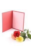 Hälsningkort och kulöra rosor Royaltyfria Foton