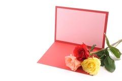 Hälsningkort och rosor Arkivfoto