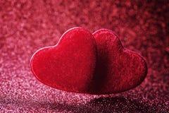 Hälsningkort på Sankt valentindag med röd hjärta för par på bokehbakgrund arkivfoton