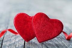 Hälsningkort på Sankt valentindag med röd hjärta för par på träbakgrund royaltyfria bilder