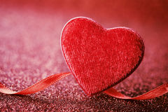 Hälsningkort på Sankt valentindag med röd hjärta och band på ljus bakgrund royaltyfri foto