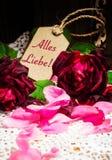 Hälsningkort, rosor och kronblad Royaltyfri Bild