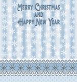 Hälsningkortet för jul och för det nya året med blåa band pricker stjärnor och vitsnöflingor fotografering för bildbyråer