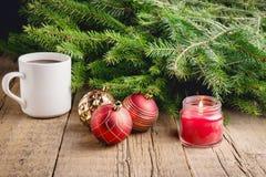 Hälsningkortet för julen och det nya året semestrar ljus för bakgrund för jul för bakgrund för prydliga filialjulleksaker trä Royaltyfri Bild