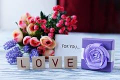 Hälsningkortet med lilan blommar lavendel med gåvaasken med tra Fotografering för Bildbyråer