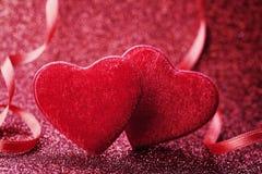 Hälsningkortet på Sankt valentindag med röd hjärta för par blänker på bakgrund arkivbilder