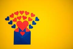 Hälsningkuvert med pappers- hjärtor på gul bakgrund Hjärtor häller ut ur kuvertet Hjärtor flyger ut från kuvertet Förälskelse Arkivbilder