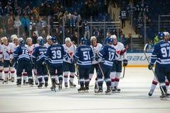 Hälsningslag efter en hockeylek Fotografering för Bildbyråer