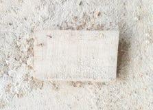 Hälsningtext Wood etikett på busebetongbakgrund Minsta vit Royaltyfria Bilder