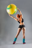 Hälso- och konditionkvinnan i idrottshalldräkt med en Pilates klumpa ihop sig Fotografering för Bildbyråer