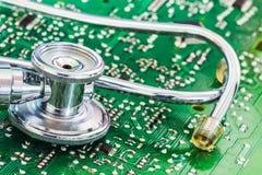 Hälso- och teknologistetoskop på strömkretsbräde Royaltyfria Bilder