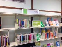 Hälsoböcker på en hylla Arkivfoton