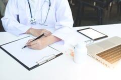 Hälsovård- och läkarundersökningbegrepp, kvinnlig fil för penna för doktorshandhåll arkivfoto