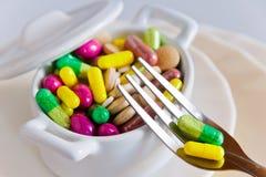 Hälsovård och wellness - banta preventivpillerar och lossavikt - olika minnestavlor i en kruka med gafflar Royaltyfri Bild