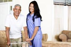Hälsovårdarbetare och åldringman royaltyfria foton