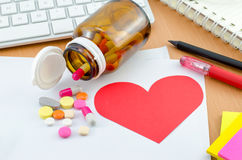 Hälsovårdbegrepp - rött hjärtaanmärkningspapper med tillägget Arkivfoto