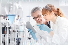 Hälsovårdforskare som arbetar i vetenskapligt laboratorium fotografering för bildbyråer