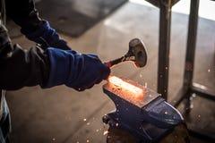 Hämmern des Stahls lizenzfreie stockfotos