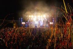 Hämnd av 90-talmusikbandet som utför på musikfestival arkivbilder