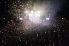 Hämnd av 90-talmusikbandet som utför på musikfestival arkivfoton