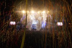 Hämnd av 90-talmusikbandet som utför på musikfestival arkivfoto