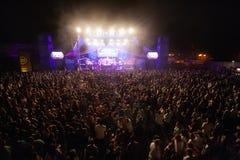 Hämnd av 90-talmusikbandet som utför på musikfestival royaltyfri foto