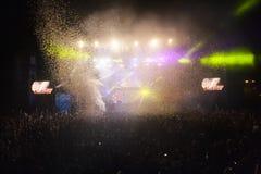 Hämnd av 90-talmusikbandet som utför på musikfestival royaltyfri fotografi