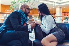 Händchenhalten des arabischen Mannes und eines Mädchens Stockbilder
