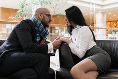 Händchenhalten des arabischen Mannes und eines Mädchens Stockfotos