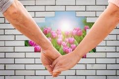 Händchenhalten des glücklichen Paars Lizenzfreies Stockfoto