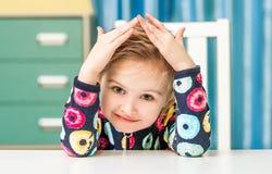 Händchenhalten des kleinen Mädchens über ihrem Kopf mag ein Haus Stockfotos