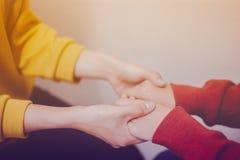 Händchenhalten, Gebet zusammen conept lizenzfreie stockbilder