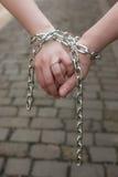 Händchenhalten mit Kette Lizenzfreies Stockfoto