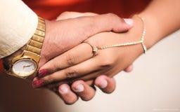 Händchenhalten - romantische Liebe stockfotos