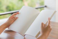Hände öffnen leeren Katalog, Zeitschriften, Buchspott oben auf hölzerner Tabelle stockfoto