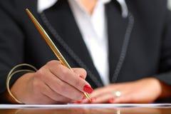 Hände am Arbeits-Schreiben Stockfoto