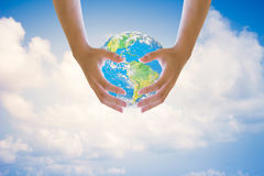 Hände auf beiden Seiten des Himmels im Hintergrund verwischt Umwelttagesökologiekonzept umgebung Konzept Element-Ökologie stockfoto